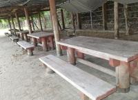 マリンパーク 藤棚下のテーブルとベンチ